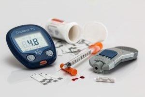 Diabetes Messgerät, Teststreifen und Spritze für Insulin